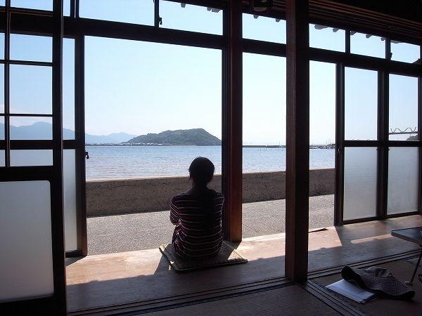 縁側から海を眺められる糸島の海辺の貸家