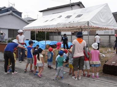 DesignBuildFUKUOKAで作られる図書館を見学する子ども