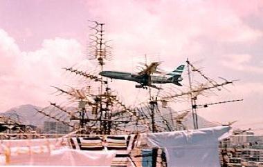 九龍城砦上を飛ぶ飛行機